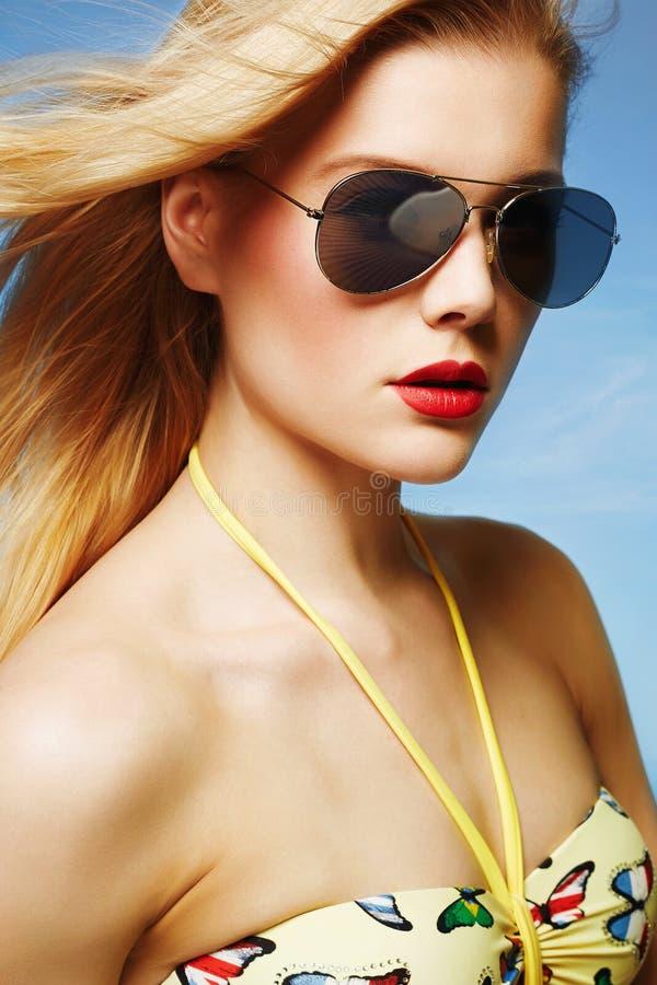 Mooie Vrouw in Bikini en Zonnebril stock fotografie