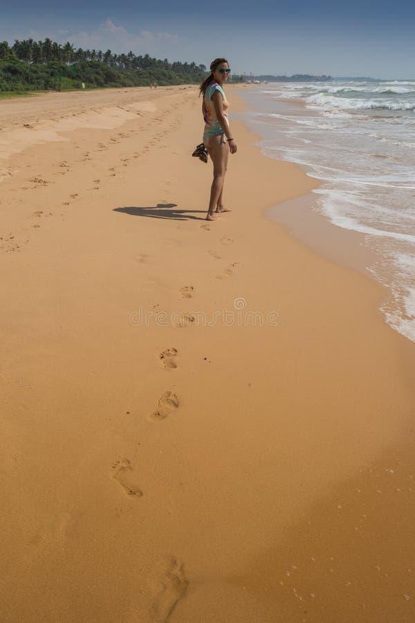 Mooie vrouw in bikini het zonnebaden stock foto's
