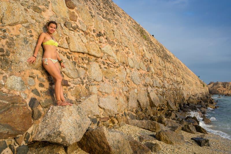 Mooie vrouw in bikini het zonnebaden royalty-vrije stock afbeelding