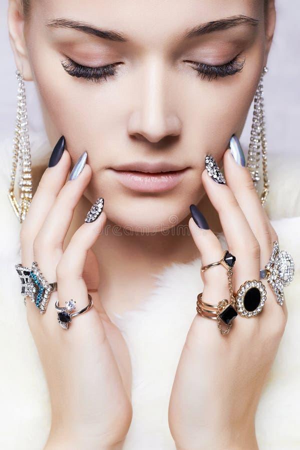 Mooie vrouw in bont en juwelen royalty-vrije stock fotografie