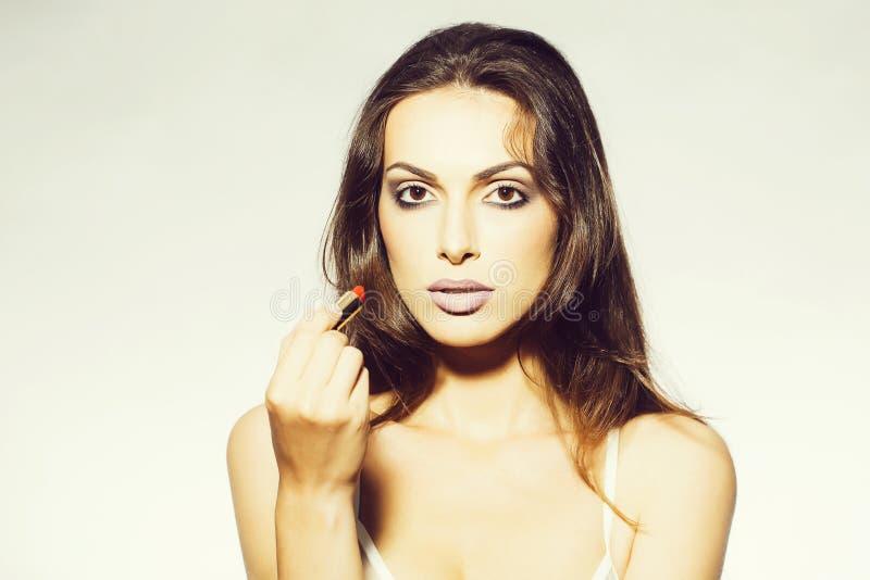 Mooie vrouw in bustehouder met rode lippenstift royalty-vrije stock foto's