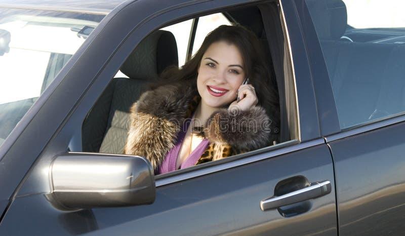 Mooie vrouw in de auto stock foto's