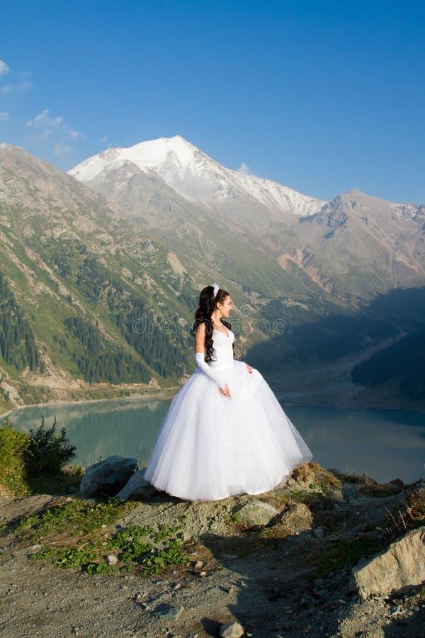 Mooie vrouw de bruid in een huwelijkskleding stock foto