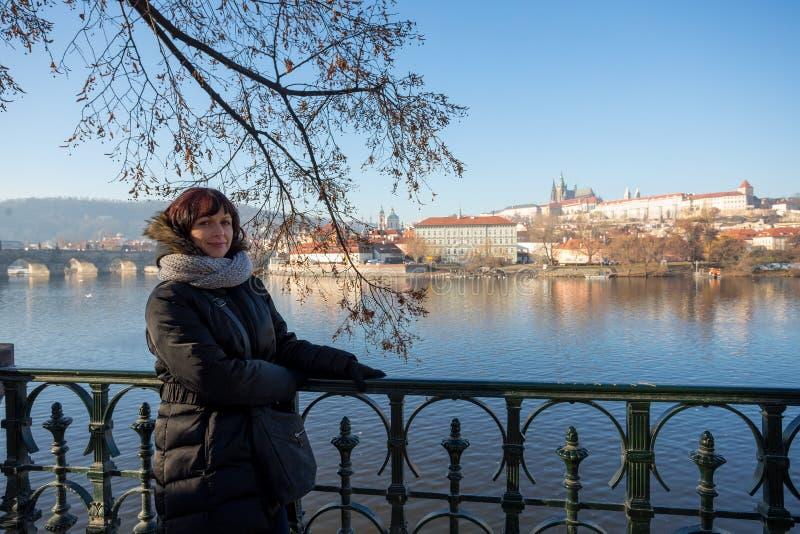 Mooie Vrouw in de dijk van Praag op rivier Vltava stock fotografie
