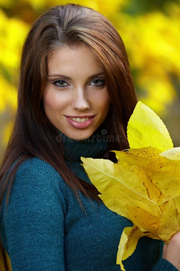 Mooie vrouw in de herfstpark royalty-vrije stock foto