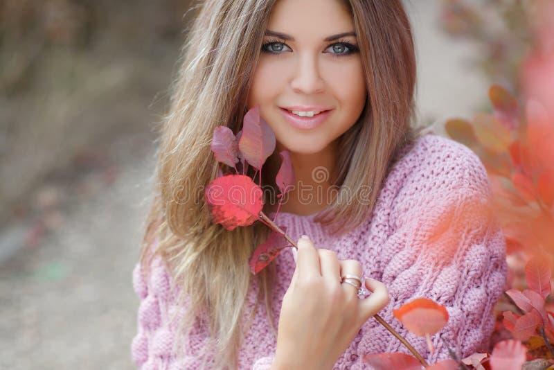 Mooie vrouw in de herfstpark royalty-vrije stock fotografie