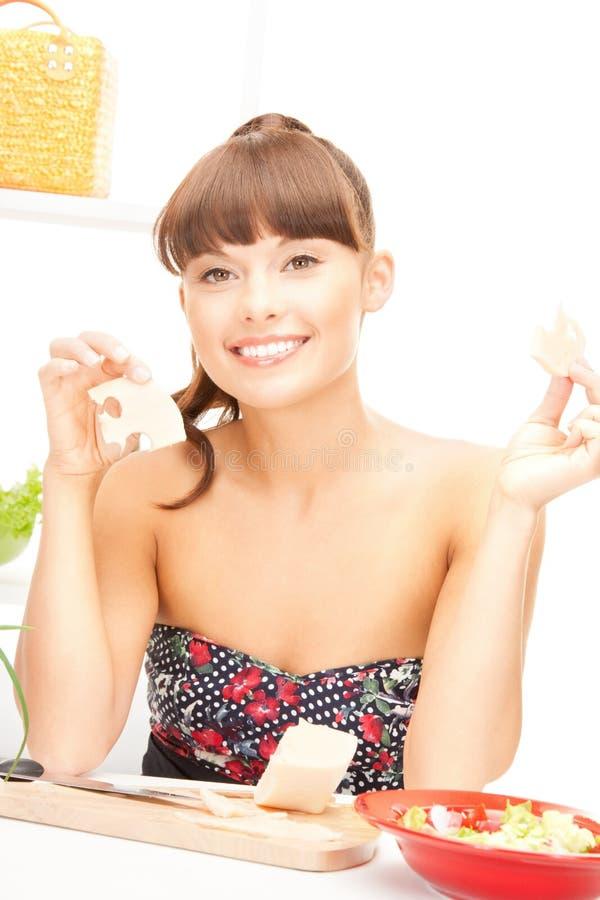 Mooie vrouw in de keuken royalty-vrije stock foto's