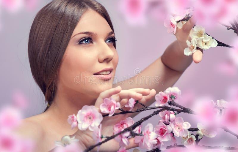 Mooie vrouw in de lente stock afbeeldingen