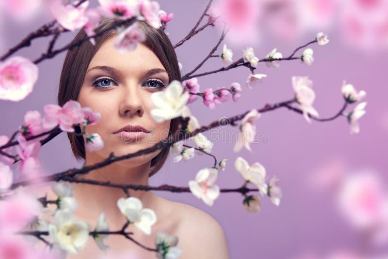 Mooie vrouw in de lente royalty-vrije stock afbeelding