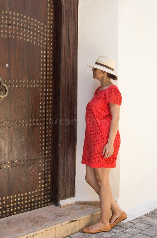 Mooie vrouw in de straten Tanger Marokko royalty-vrije stock afbeelding