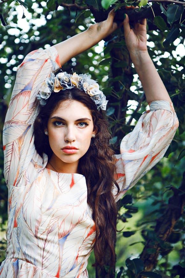 Mooie vrouw in de tuin royalty-vrije stock afbeelding