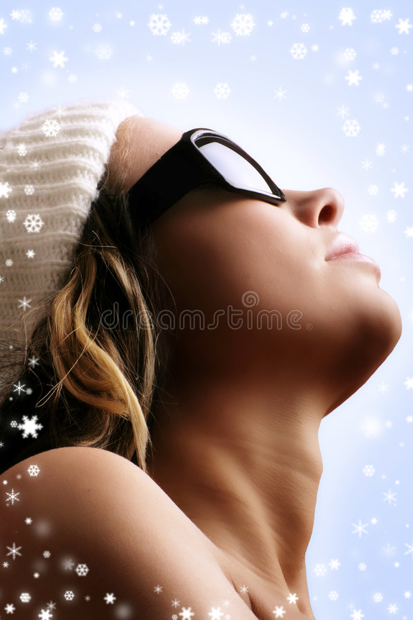 Mooie vrouw in de winter stock fotografie