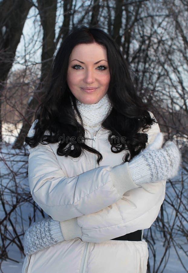 Mooie vrouw in de winterpark royalty-vrije stock foto's
