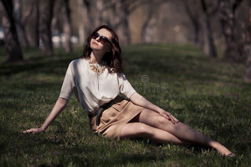 Mooie vrouw in de zomerkleding in openlucht royalty-vrije stock fotografie