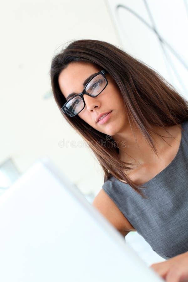 Mooie vrouw die aan laptop werkt stock fotografie
