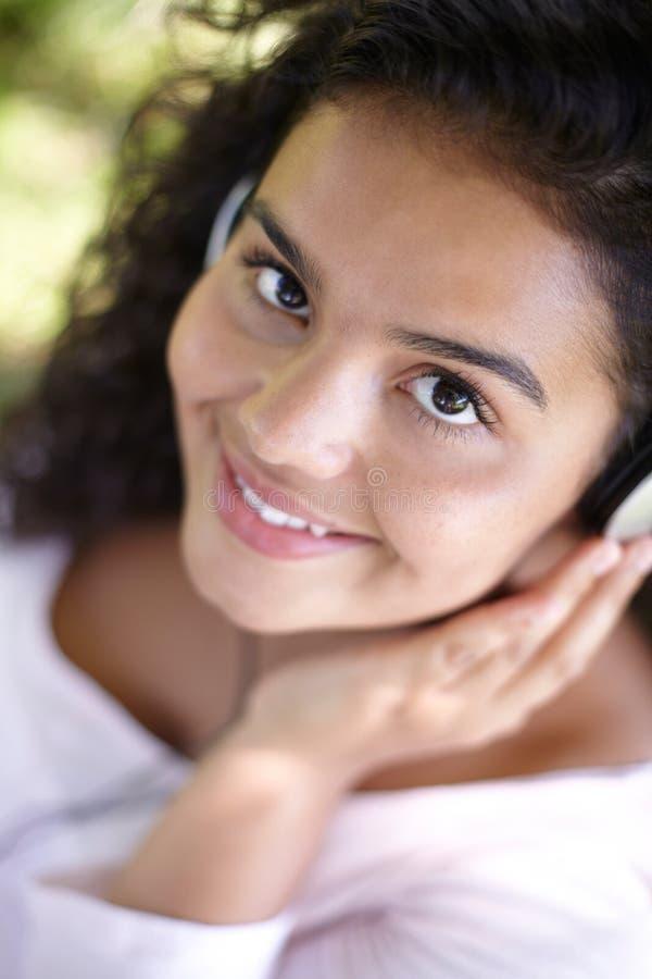 Mooie Vrouw die aan MP3 Speler in openlucht luisteren stock foto's