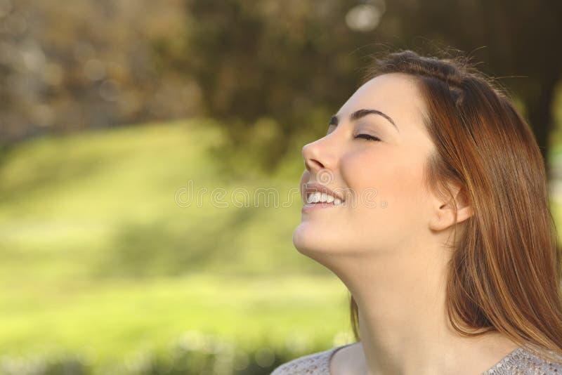 Mooie vrouw die ademhalings diepe oefeningen in een park doen royalty-vrije stock afbeeldingen