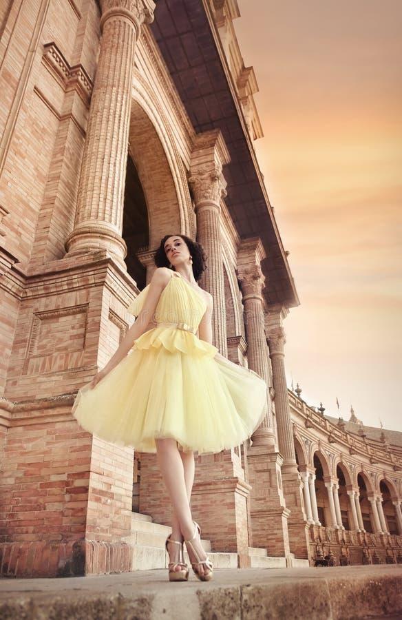 Mooie vrouw die ballerina gele rok dragen royalty-vrije stock foto