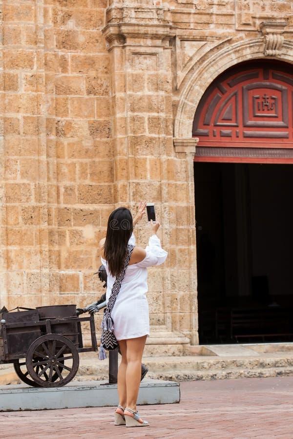 Mooie vrouw die beelden van de kerk van San nemen die Pedro Claver in de ommuurde stad van Cartagena DE Indias wordt gevestigd royalty-vrije stock afbeelding