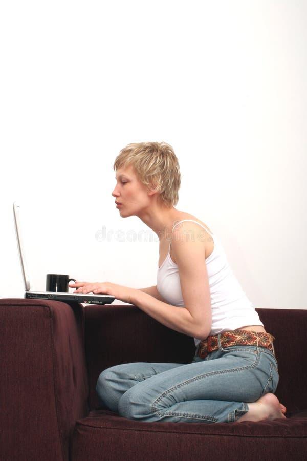 Mooie vrouw die bericht controleert op haar laptop 1 royalty-vrije stock fotografie