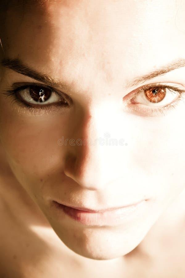 Mooie vrouw die bij camera staart stock foto