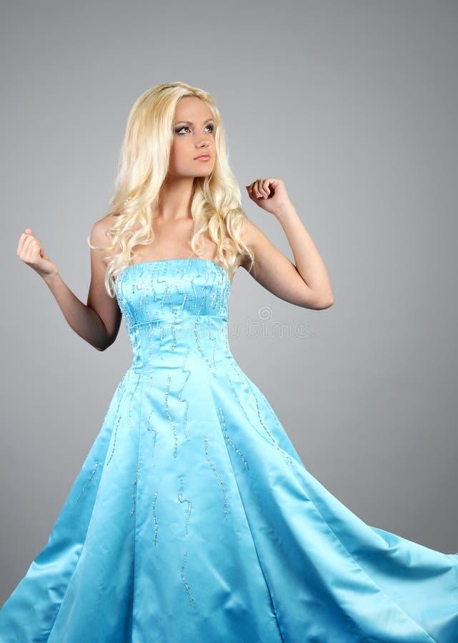 Mooie vrouw die blauwe kleding draagt royalty-vrije stock afbeeldingen