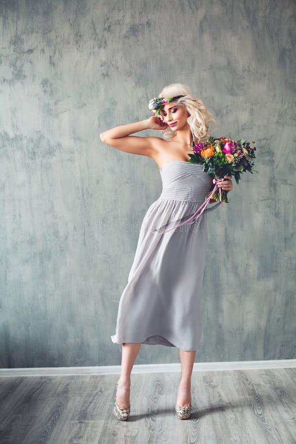 Mooie Vrouw die Blazende Prom-Kleding dragen stock fotografie