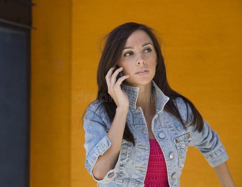 Mooie Vrouw die celtelefoon met behulp van stock foto's