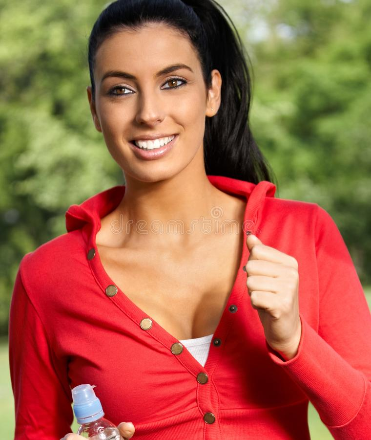 Mooie vrouw die in citypark het glimlachen aanstoot royalty-vrije stock afbeeldingen