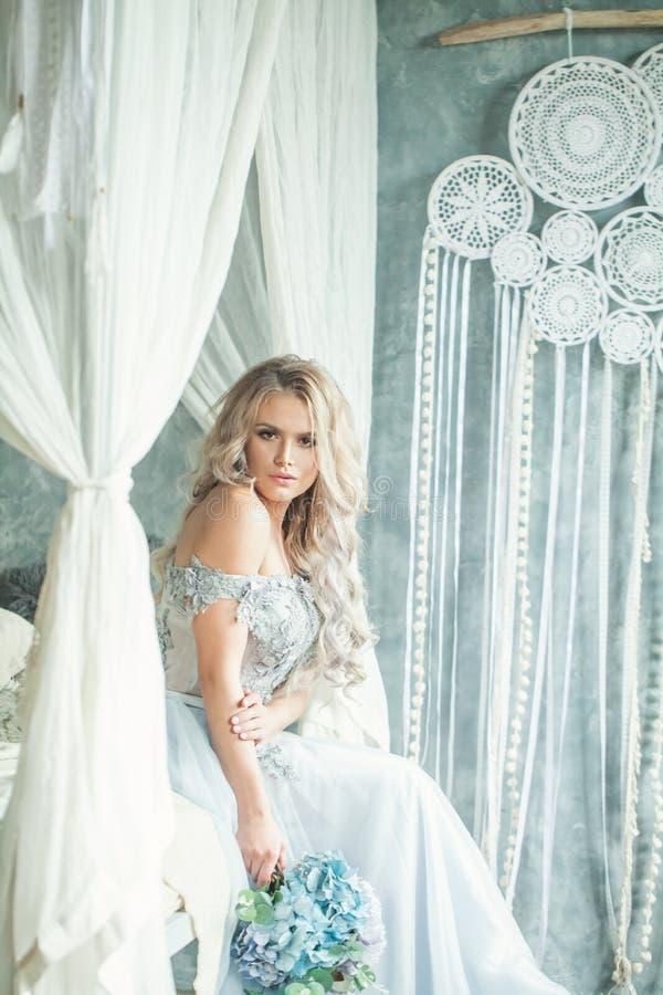 Mooie vrouw die de blauwe kleding van Tulle in romantische plaats dragen royalty-vrije stock fotografie