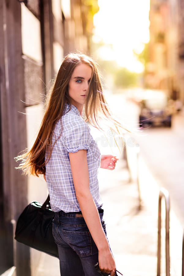 Mooie vrouw die in de stadsstraat lopen royalty-vrije stock foto