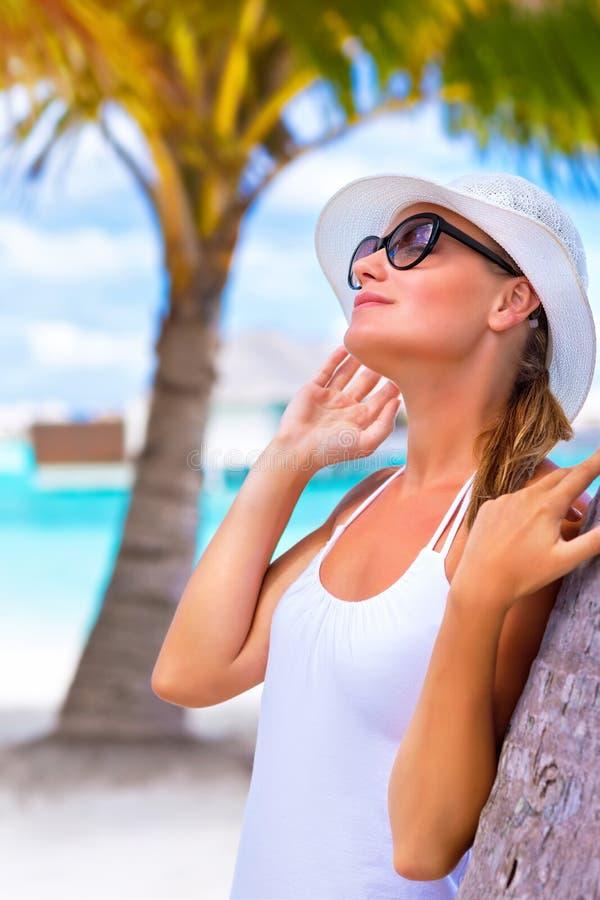 Mooie vrouw die de zomer van vakantie genieten stock foto