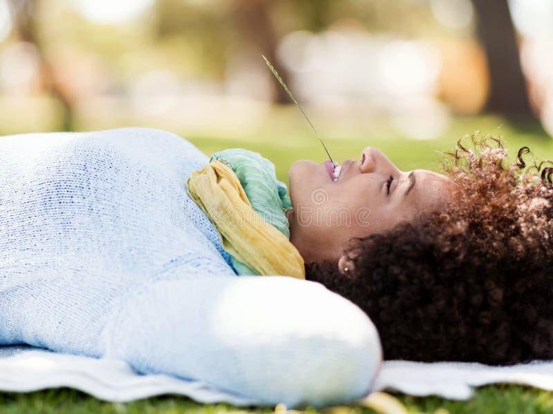 Mooie vrouw die in de zomerpark bepalen royalty-vrije stock foto