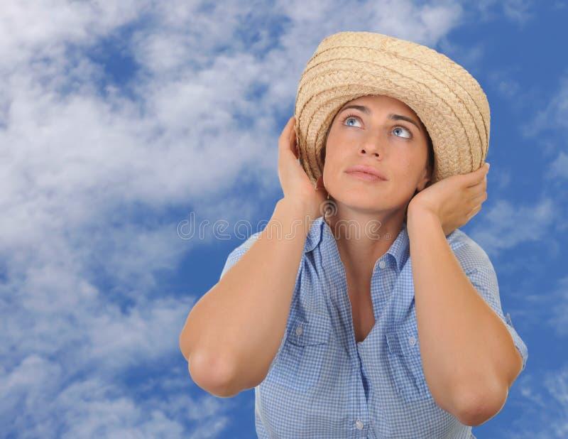Mooie vrouw die door hemel wordt omringd. royalty-vrije stock foto's