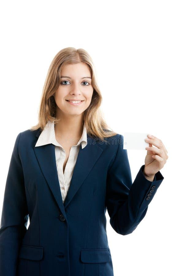 Mooie vrouw die een adreskaartje houdt stock foto