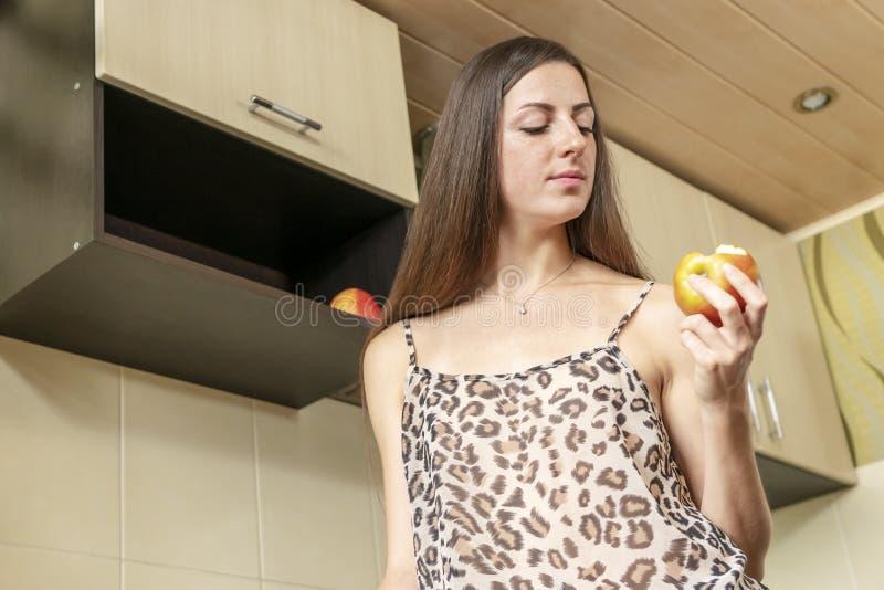 Mooie vrouw die een appel eet royalty-vrije stock foto's