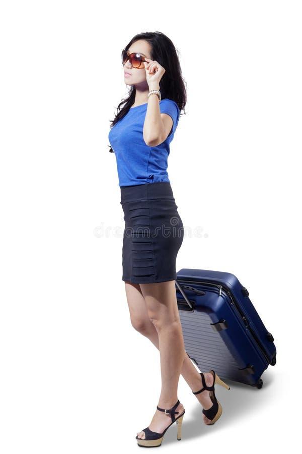 Mooie vrouw die een bagage op studio trekken royalty-vrije stock fotografie