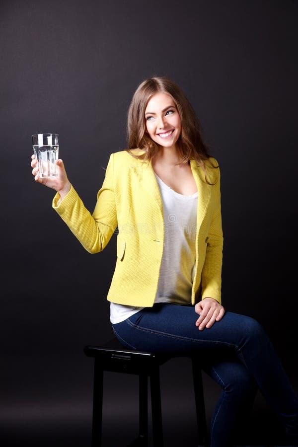 Download Mooie Vrouw Die Een Glas Water Drinken Stock Foto - Afbeelding bestaande uit gezondheid, stoel: 54076434