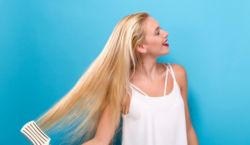 Download Mooie Vrouw Die Een Haarborstel Houden Stock Foto - Afbeelding bestaande uit wijfje, ochtend: 107706450