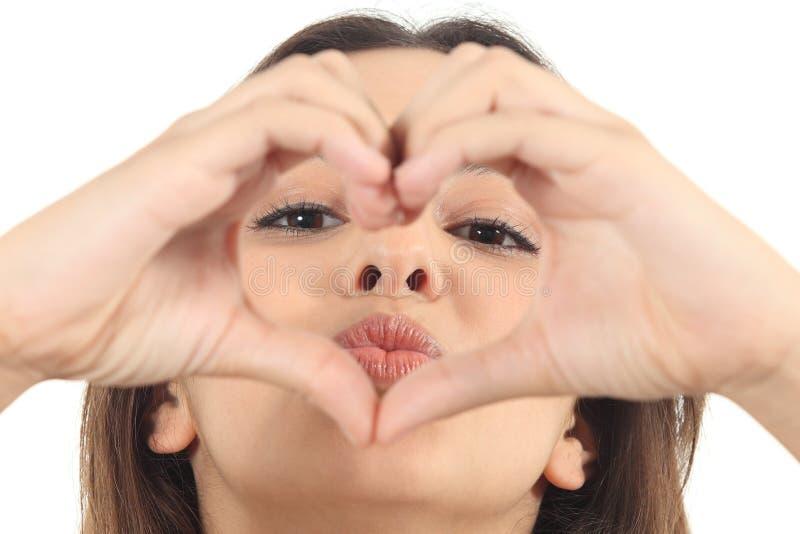 Mooie vrouw die een hartvorm met haar handen maken stock foto's