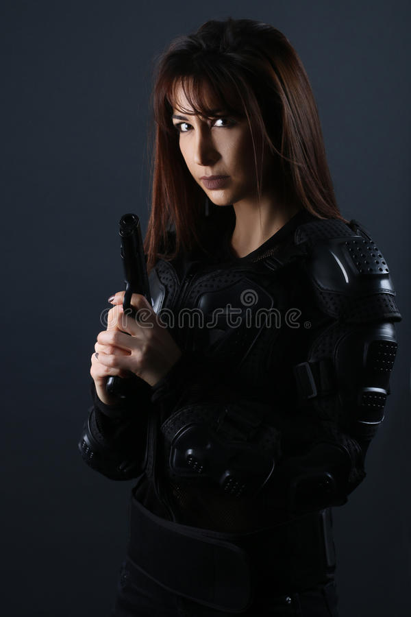 Mooie vrouw die een Kanon houden - Super cops stock afbeelding