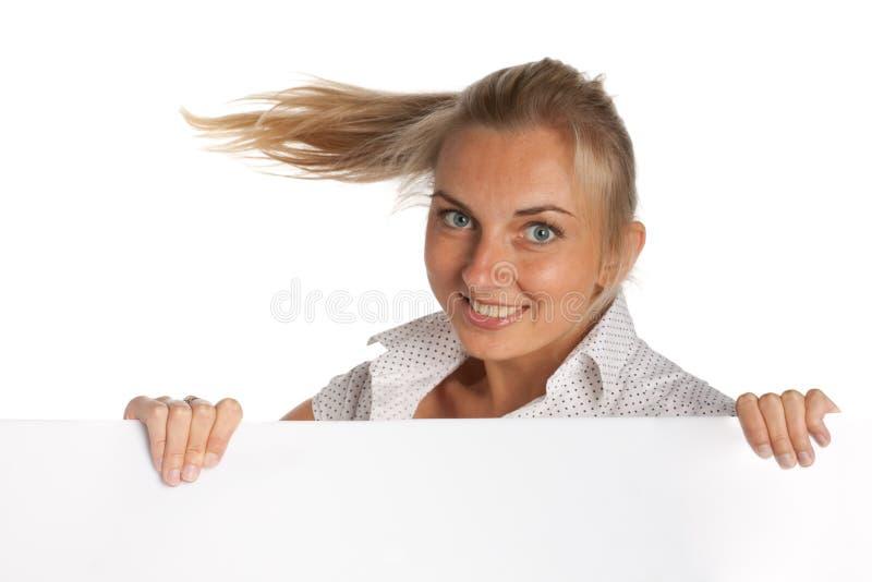 Mooie vrouw die een leeg aanplakbord houdt stock fotografie