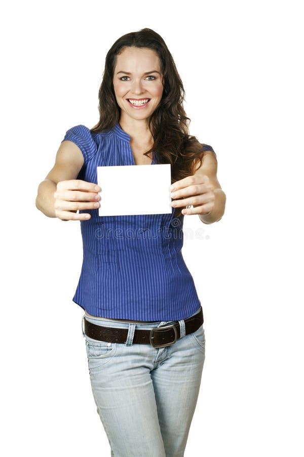 Mooie vrouw die een leeg adreskaartje houdt stock afbeelding