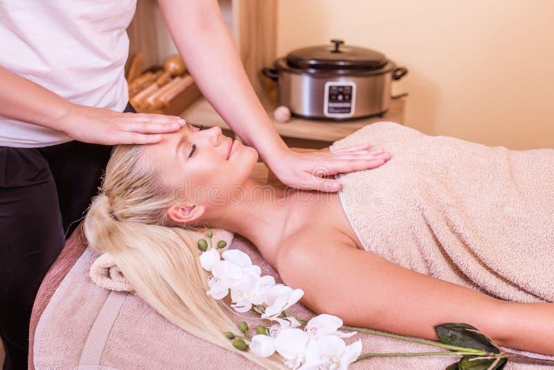 Mooie vrouw die een massage krijgt stock afbeelding