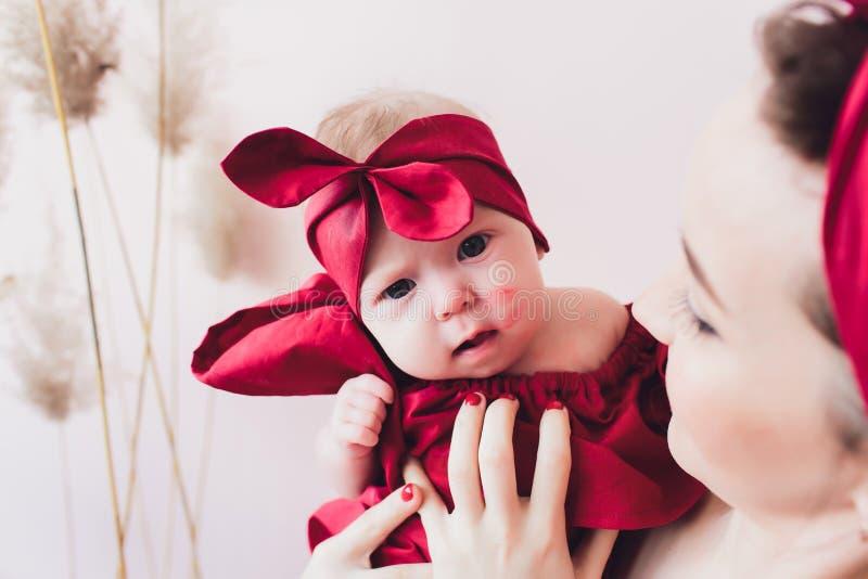 Mooie vrouw die een pasgeboren baby in haar wapens houden stock foto's