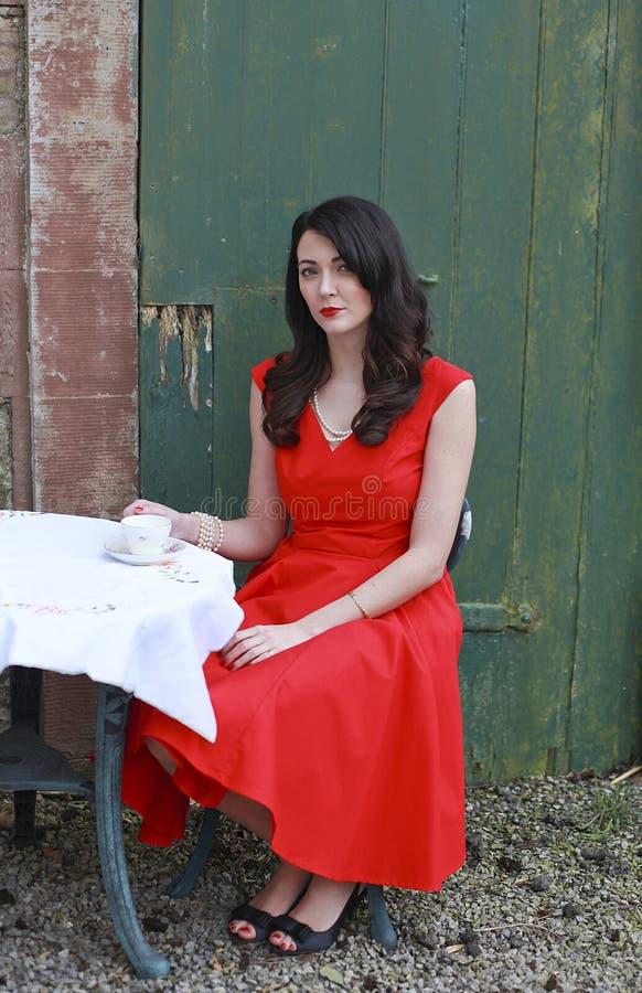 Mooie vrouw die een rode kleding dragen stock foto's