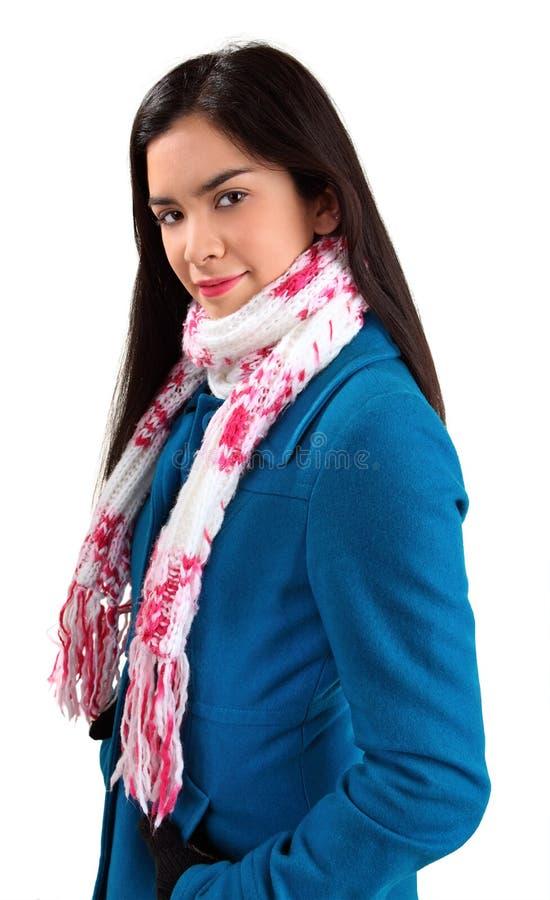 Mooie Vrouw die een Sjaal en een de winterLaag draagt royalty-vrije stock foto's