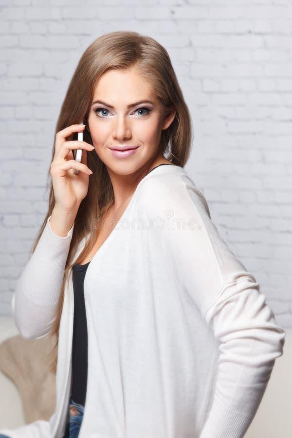 Mooie vrouw die een telefoongesprek hebben stock afbeelding