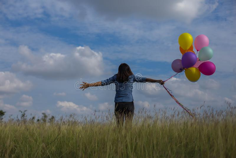 Mooie vrouw die een transparante bal op het grasgebied houden royalty-vrije stock afbeelding