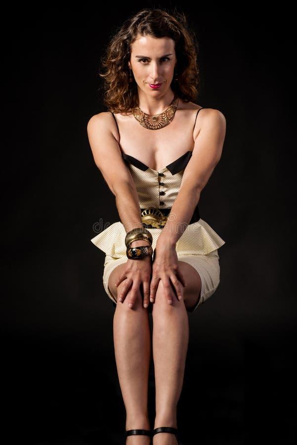 Mooie vrouw die een witte kleding op een donkere achtergrond dragen royalty-vrije stock fotografie